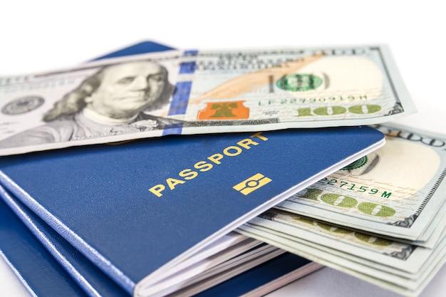 Blauwe paspoorten en dollars geïsoleerd. detailopname.