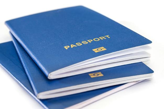 Blauwe paspoorten geïsoleerd. detailopname.