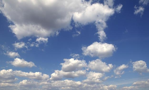 Blauwe perfecte witte zomerhemel wolken