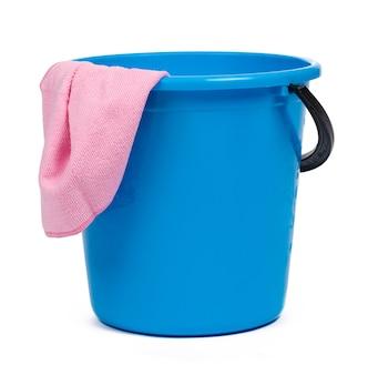 Blauwe plastic emmer voor het schoonmaken geïsoleerd op witte achtergrond