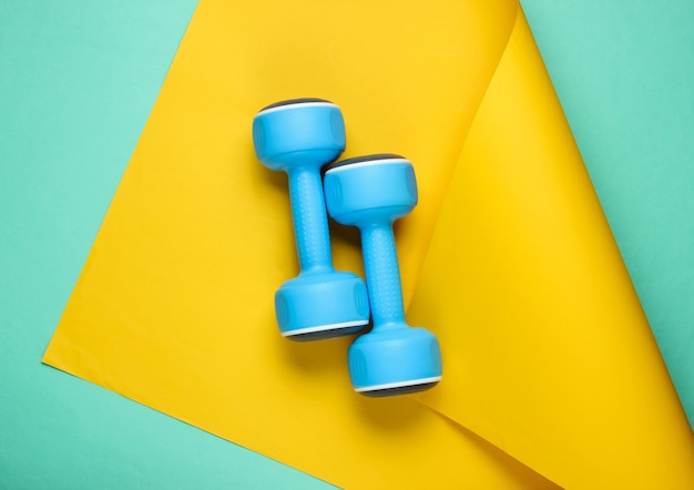 Blauwe plastic halters op verpakt papier