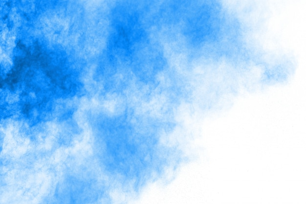 Blauwe poederexplosie op witte achtergrond. gekleurde wolk. kleurrijk stof explodeert. verf holi.