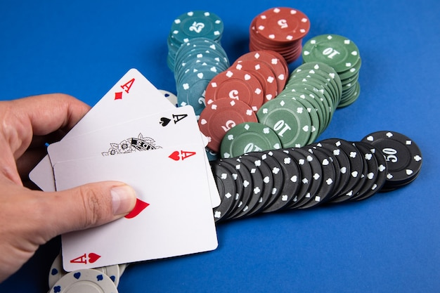 Blauwe pokertafel. kaarten en fiches op tafel