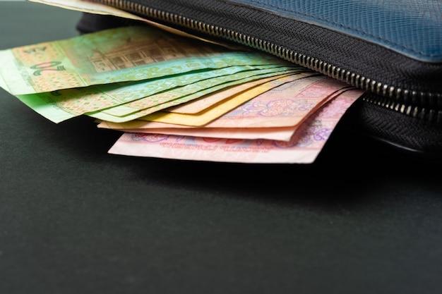 Blauwe portemonnee vol geld oekraïense hryvnia