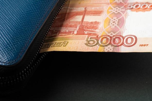 Blauwe portemonnee vol geld russische roebels