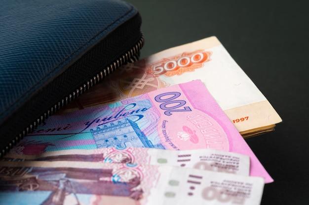Blauwe portemonnee vol geld