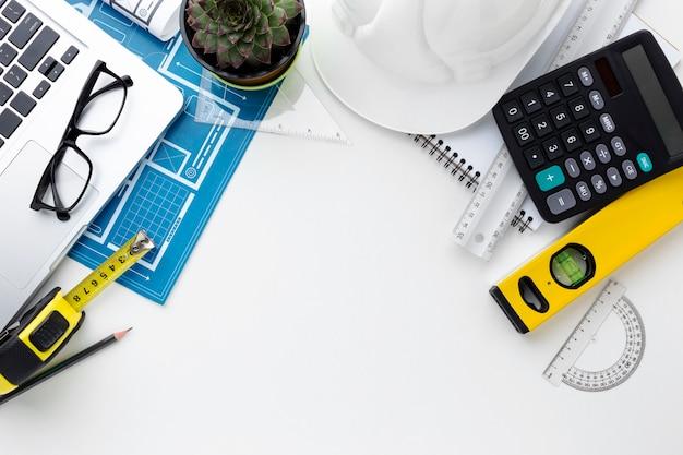 Blauwe print met bouwpakket en laptop
