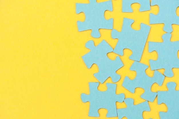 Blauwe puzzelachtergrond en gele achtergrond