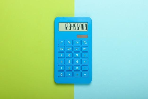 Blauwe rekenmachine op blauwgroene pastel achtergrond. berekenen of tellen. minimalisme. bovenaanzicht