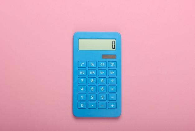 Blauwe rekenmachine op roze pastel achtergrond. berekenen of tellen. minimalisme. bovenaanzicht