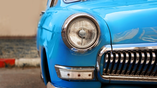 Blauwe retro auto oude vintage auto koplamp close-up