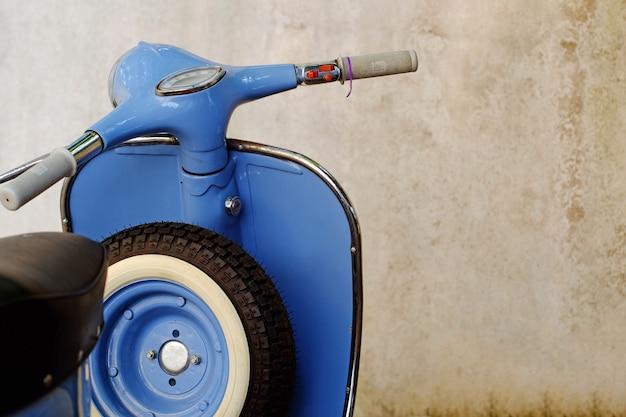 Blauwe retro scooter