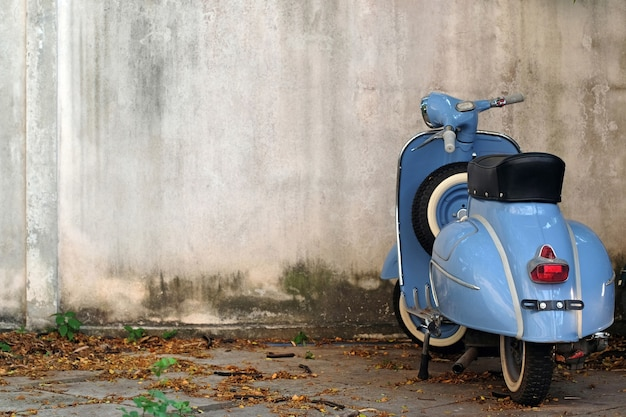Blauwe retro scooter