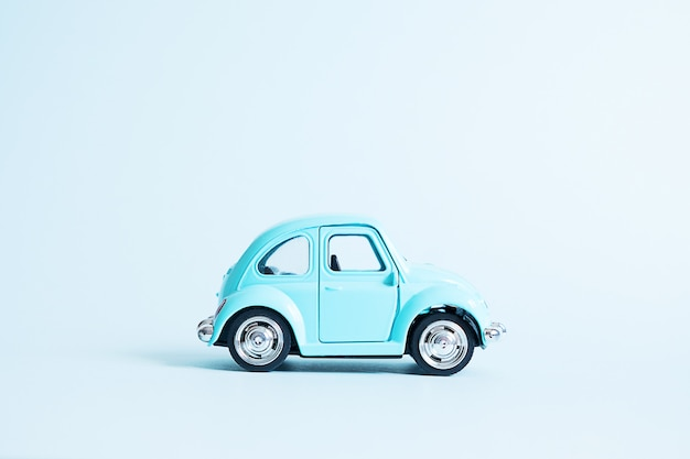 Blauwe retro speelgoedauto op blauw