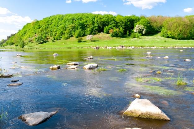 Blauwe rivier en berg in de zomer de natuur