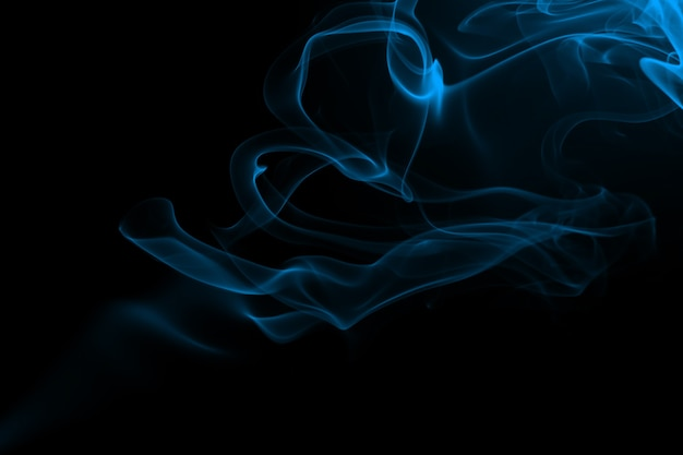 Blauwe rook beweging abstract op zwarte achtergrond, duisternis concept
