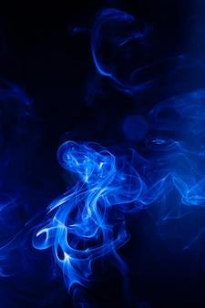 Blauwe rook beweging op zwarte achtergrond.
