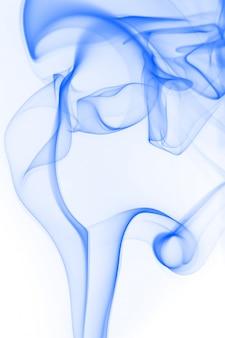Blauwe rookbeweging op witte achtergrond, de kleur van het inktwater