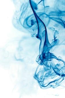 Blauwe rookbeweging op witte achtergrond.