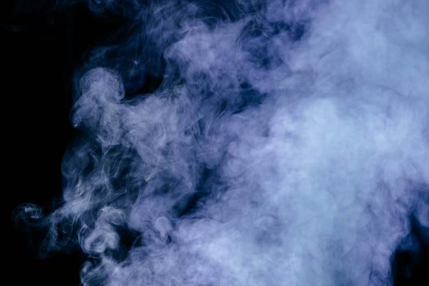 Blauwe rookgolven op zwarte achtergrond