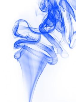Blauwe rooksamenvatting op witte achtergrond, beweging van de kleur van het inktwater