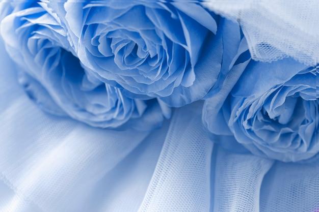 Blauwe rozen op blauwe sluier abstracte achtergrond bovenaanzicht macro