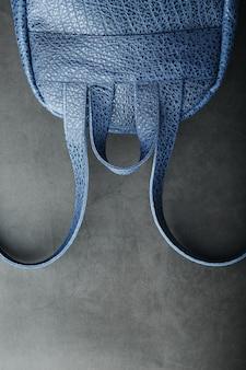Blauwe rugzak gemaakt van echt leer op donker