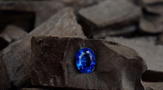 Blauwe saffier edelsteen duur blauw in een tang
