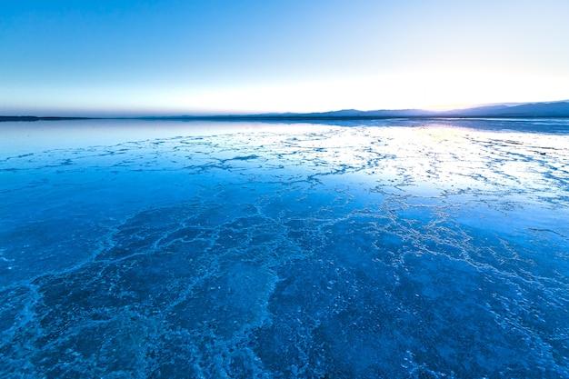 Blauwe schemering zonsondergang over zoutvlakten