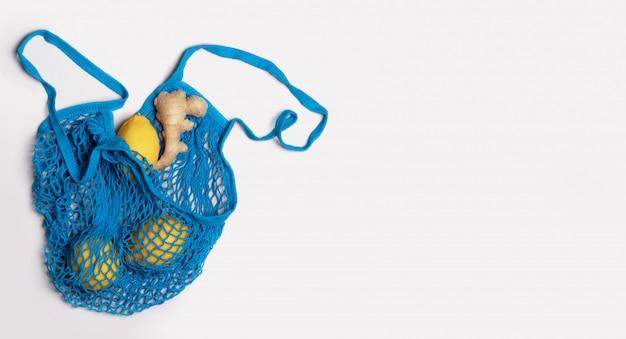 Blauwe shopper grid met winkelen citroenen citroenen en gember. boodschappentas herbruikbaar, milieuvriendelijk concept, geen afval, recycling. geïsoleerd
