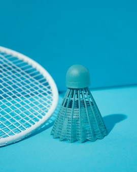 Blauwe shuttle en badmintonracket
