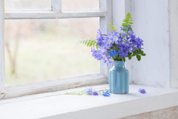 Blauwe sneeuwklokjes op de vensterbank