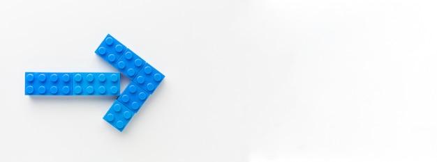 Blauwe speelgoed pijl met kopie ruimte