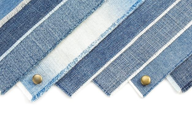 Blauwe spijkerbroek geïsoleerd op een witte achtergrond