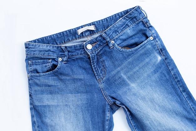Blauwe spijkerbroek geïsoleerd op een witte muur.