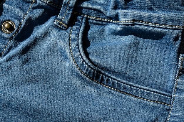 Blauwe spijkerbroek met klinknagels tijdens de vlucht