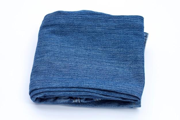 Blauwe spijkerbroek op witte achtergrond