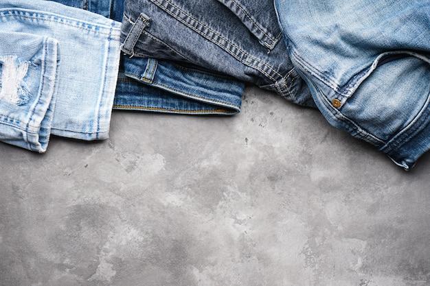 Blauwe spijkerbroek, ruimte voor tekst. bovenaanzicht.