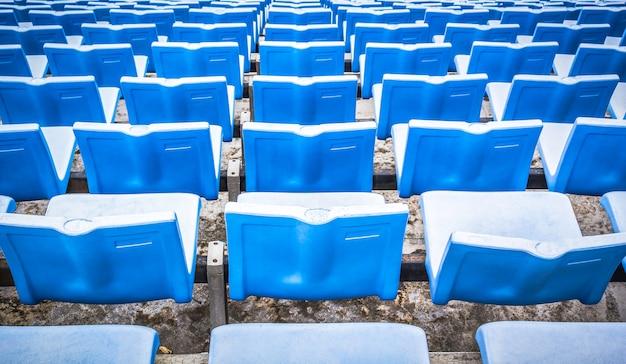 Blauwe sportarena stoelen