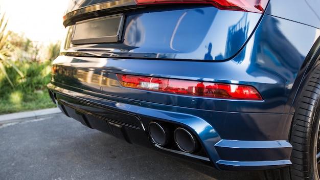 Blauwe sportwagen in het parkeren, de mening van gaspijpen
