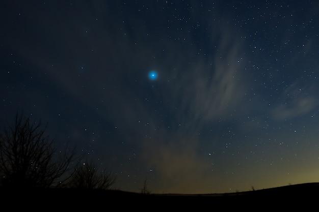 Blauwe ster in de mist.