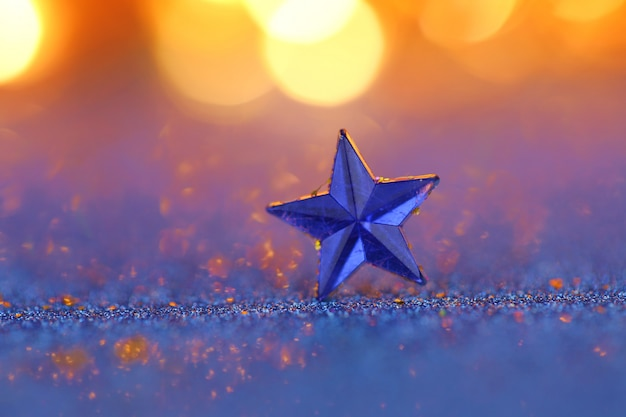 Blauwe ster macro op een blauwe glitter bokeh.