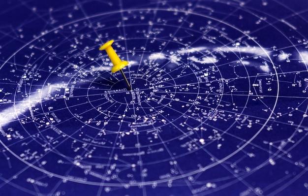 Blauwe sterrenhemel en speld die plaats op de kaart wijst