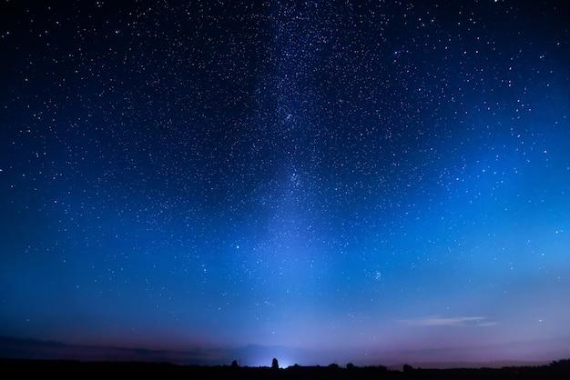 Blauwe sterrenhemel. nacht kleurrijk landschap. hemel met veel sterren 's nachts.