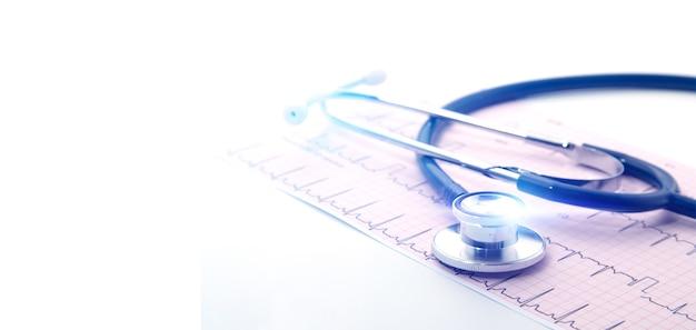Blauwe stethoscoop op elektrocardiogram (ecg) kaartpapier. ecg hart grafiek scan isoleren op wit. zorgverzekering en medische achtergrond