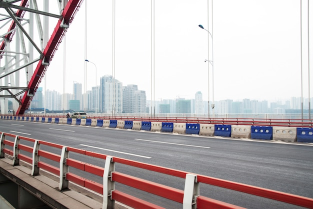 Blauwe stijl stalen brug snelweg