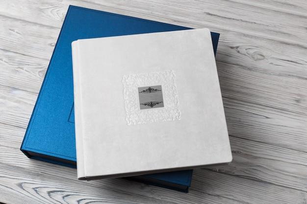 Blauwe stijlvolle vierkante kartonnen doos voor een fotoalbum.