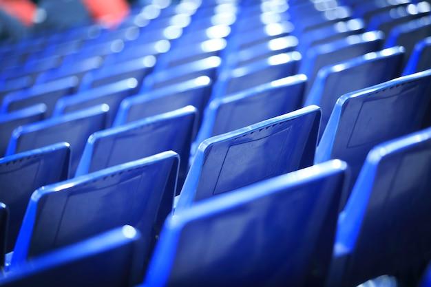 Blauwe stoelen in een spaans stadion