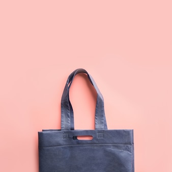 Blauwe stoffen tas voor winkelen zonder afval op roze.