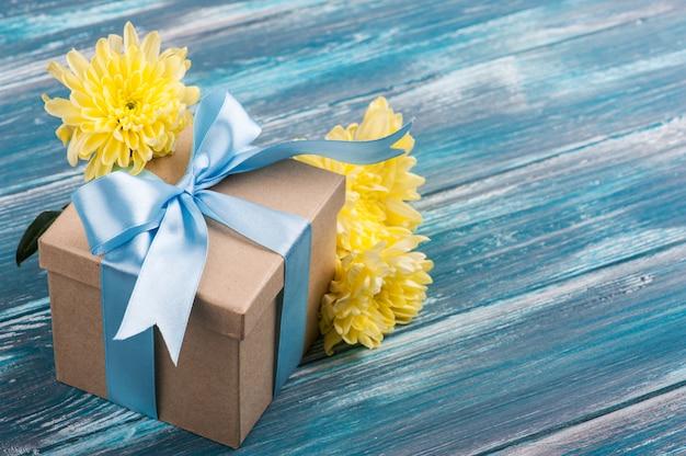 Blauwe strik met handgemaakte geschenkdoos